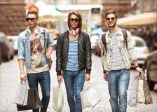 Парни моды молодые идут ходить по магазинам Стоковые Изображения
