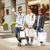 Парни моды молодые идут ходить по магазинам Стоковое Фото