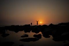 парни на заходе солнца Стоковая Фотография