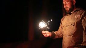Парни с бенгальскими огнями сток-видео