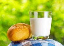 Парное молоко и хлеб на предпосылке природы стоковое фото rf