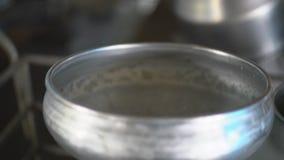 Парное молоко работника лить видеоматериал