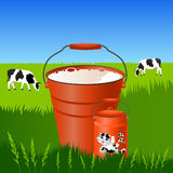 Парное молоко в ведре и чонсервных банках Стоковое Изображение