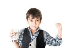 Парное молоко мальчика выпивая для здоровой предпосылки хранения молока UHT Стоковая Фотография