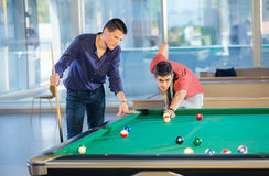 2 парня в биллиарде бассейна бьют играть биллиард бассейна Стоковая Фотография