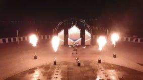 2 парня закручивая poi на выставке огня на горящий орган, воздушную стрельбу сток-видео