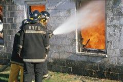 Паровозные машинисты кладя вне пожар стоковые изображения