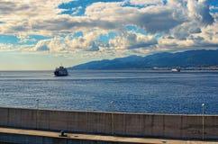 2 парома в канале Мессины на предпосылке горизонт ` s города Мессина Сицилия Италия Стоковые Фотографии RF