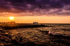 Паромный порт городка Cinarcik на заходе солнца Стоковая Фотография