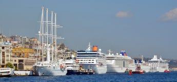Паромы круиза в порте Eminonu Стоковая Фотография