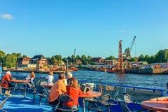 Паромы общественного транспорта реки и шины реки пассажира на трассах на Эльбе Гамбурге Германии стоковые изображения rf