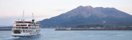 Паром автомобиля Кагошима Sakurajima стоковые изображения rf