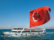 Паром в море и турецком флаге Стоковые Изображения