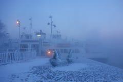 : Паром в острове крепости Суоменлинны на весьма холодном утре зимы Стоковое Изображение