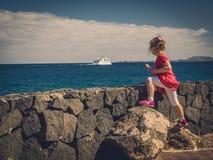 Паром девушки наблюдая на море Стоковое фото RF