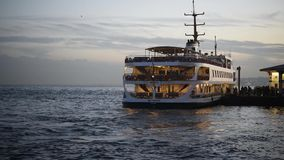 Паром идя к пристани на bosphorus Стамбула, Турции 4-ое марта 2018 акции видеоматериалы