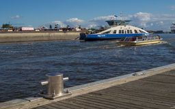 Паром и шлюпка в гавани Амстердама Стоковые Фотографии RF