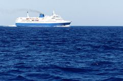 Паром на голубом море Стоковые Фото