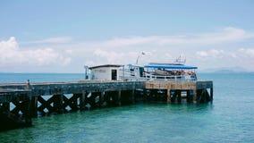 Паром на пристани, тропический океан стоковое изображение