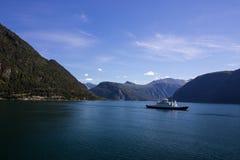 Паром на Norddalsfjorden в южной Норвегии Стоковое Фото