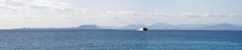 Паром панорамы океана с северным побережьем Фуэртевентуры Стоковые Изображения