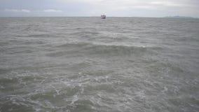 Паром плавая на море под облачным небом с сильными волнами пока возглавляющ к острову Samui сток-видео