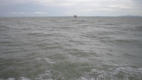 Паром плавая на море под облачным небом с сильными волнами пока возглавляющ к острову samui видеоматериал