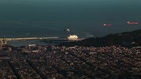 Паром приезжает к порту Барселоны Промежуток времени сток-видео