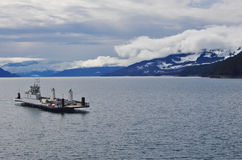 Паром причаливая доку на канадском озере Стоковые Фото