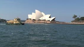 Паром проходя оперным театром Сиднея сток-видео