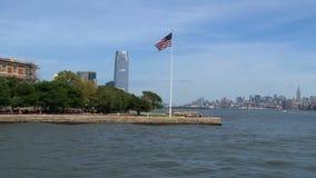 Паром проходя островом Ellis, в Нью-Йорке сток-видео
