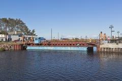 Паром Ilyinskaya через канал обхода Belozersky в городе зоны Belozersk Vologda, России Стоковое Фото