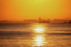 Пароход на заходе солнца, Стамбул, Турция стоковое изображение