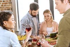 Партия вина людей выпивая дома Стоковое фото RF