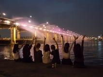 Партия девушек на мосте фонтана Стоковые Изображения RF