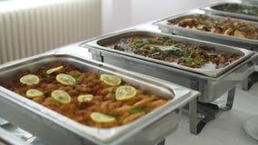 Партия еды ресторанного обслуживании еды шведского стола на ресторане видеоматериал