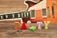 ПАРТИЯ знака и силуэт электрической гитары на предпосылке Стоковая Фотография