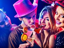 Партия коктеиля с людьми группы танцуя и коктеилем питья стоковое фото