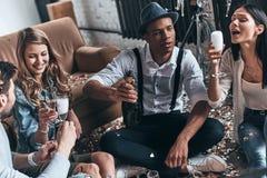 Партия невозможна без шампанского! Взгляд сверху современных детенышей стоковое фото rf