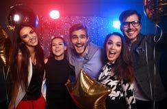 Партия Нового Года, праздники, торжество, ночная жизнь и концепция людей - молодые люди имея танцы потехи на партии Стоковое Фото