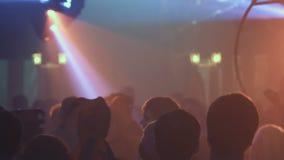 Партия ночи, неистовство ночи Молодые люди имея потеху, принимая лекарства Фары и лазеры акции видеоматериалы