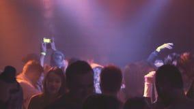 Партия ночи, неистовство ночи Молодые люди имея потеху, принимая лекарства Фары и лазеры видеоматериал