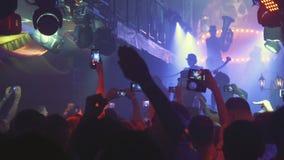 Партия ночи, неистовство ночи Молодые люди имея потеху, принимая лекарства Фары и лазеры сток-видео