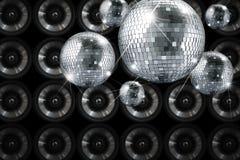 Партия освещает шарик зеркала диско с предпосылкой Стоковые Изображения RF
