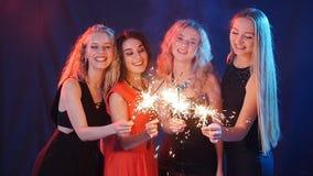 Партия, праздники, ночная жизнь и счастливая концепция Нового Года - группа в составе счастливые женщины имея потеху с бенгальски видеоматериал