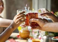Партия друзей выпивает здоровый сход стоковое фото rf