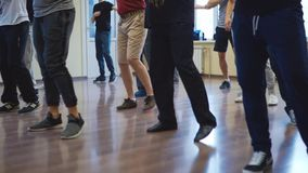 Партия сальсы, ноги танцоров, комнат репетиции акции видеоматериалы