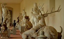 Партия скульптуры с людьми и животными стоковое изображение
