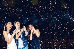 Партия торжества 2018 групп в составе азиатское молодые люди держа confe стоковые фотографии rf