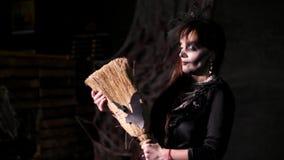 Партия хеллоуина, ноча, пугающий портрет женщины в сумерк, в лучах света женщина с ужасным сток-видео